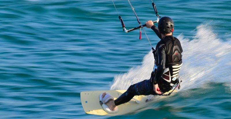 How does kitesurfing work